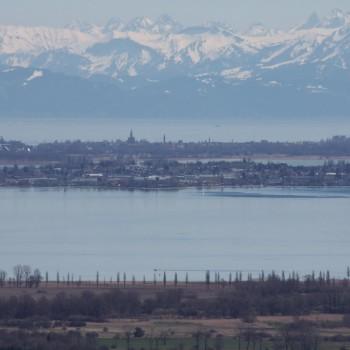 Blick vom Hohentwiel über den Bodensee und Konstanz gen Alpen