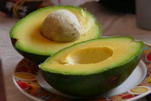 Avokado - aufgeschnitten mit Kern