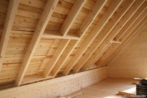 Holz100-Haus Dachkonstruktion: die ganze Fläche ist mit Brettern vernagelt.