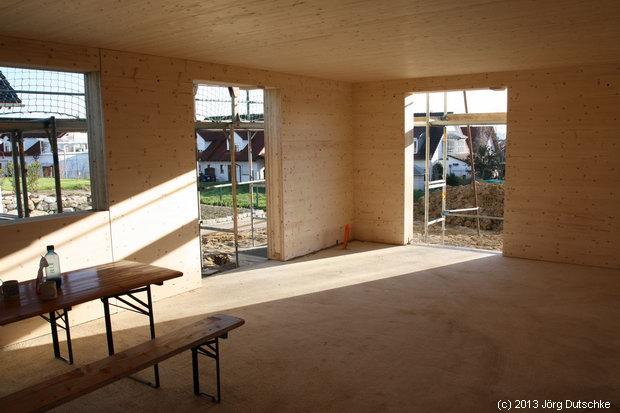 Wohnzimmmer und Esszimmer im Holz100-Haus.