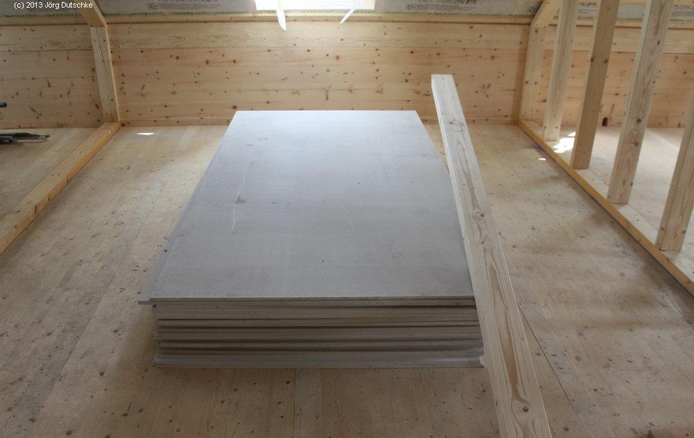 Im Obergeschoss liegt Ein Stapel Fermacell-Platten