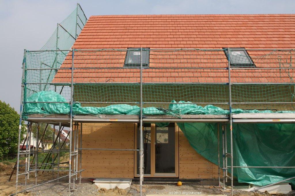 Unser Holz100-Haus mit roten Dachziegeln (naturfarben)