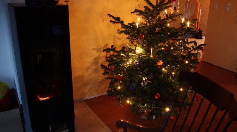 Leuchtender Christbaum mit Swarovski-Engeln und Ofen (ohne Engel)