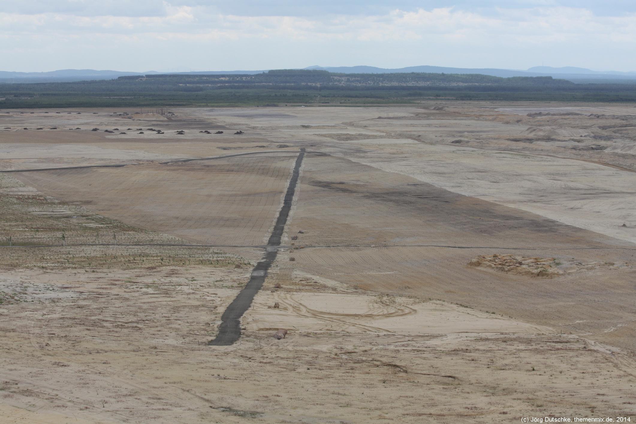 Ein Stück asphaltierte Straße mitten im Tagebaugelände