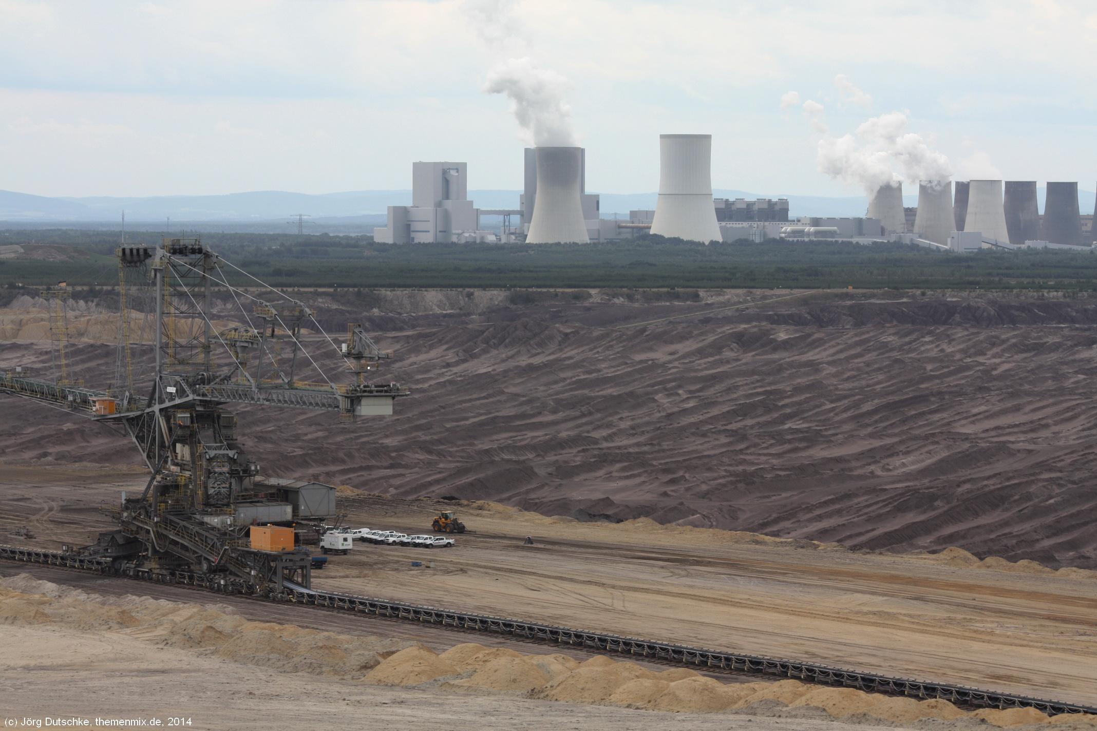 Großer Abraumbagger im Tagebauch Nochten. Im Hintergrund das Braunkohlekraftwerk Boxberg