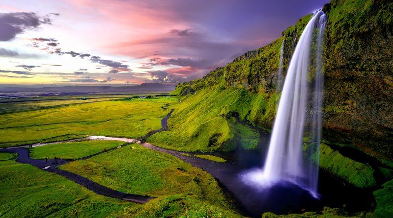 Wasserfall in grüner Landschaft bei violettem Himmel - hat eigentlich nichts mit dem Heizwasserkreislauf zu tun, sieht aber schön aus!