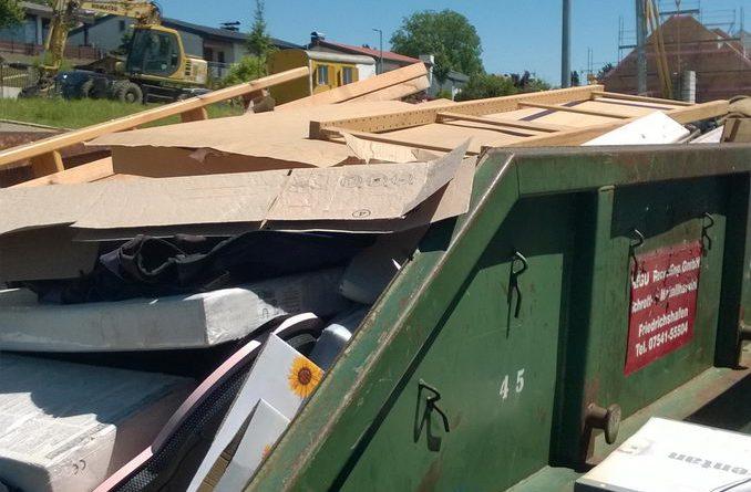 Der Container ist mit sortierbarem Abfall bis zum Rand gefüllt.