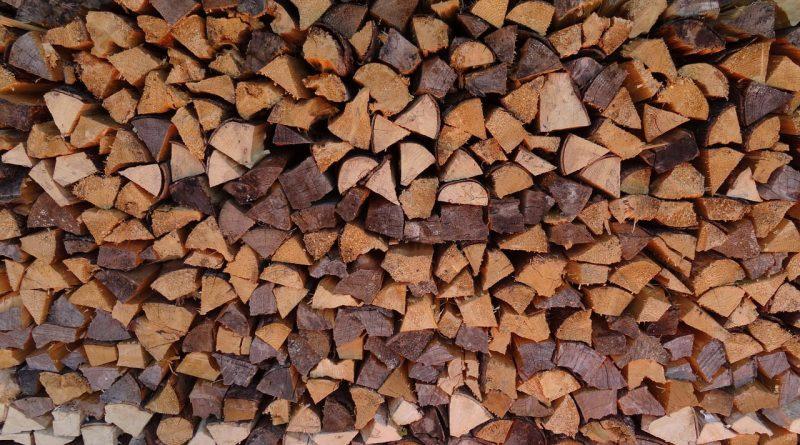 Wunderbarer Form des Heizens: Scheitholz für den Kaminofen