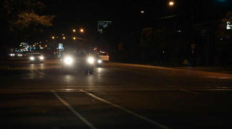 Blendet bei Dunkelheit: Scheinwerfer vom Auto
