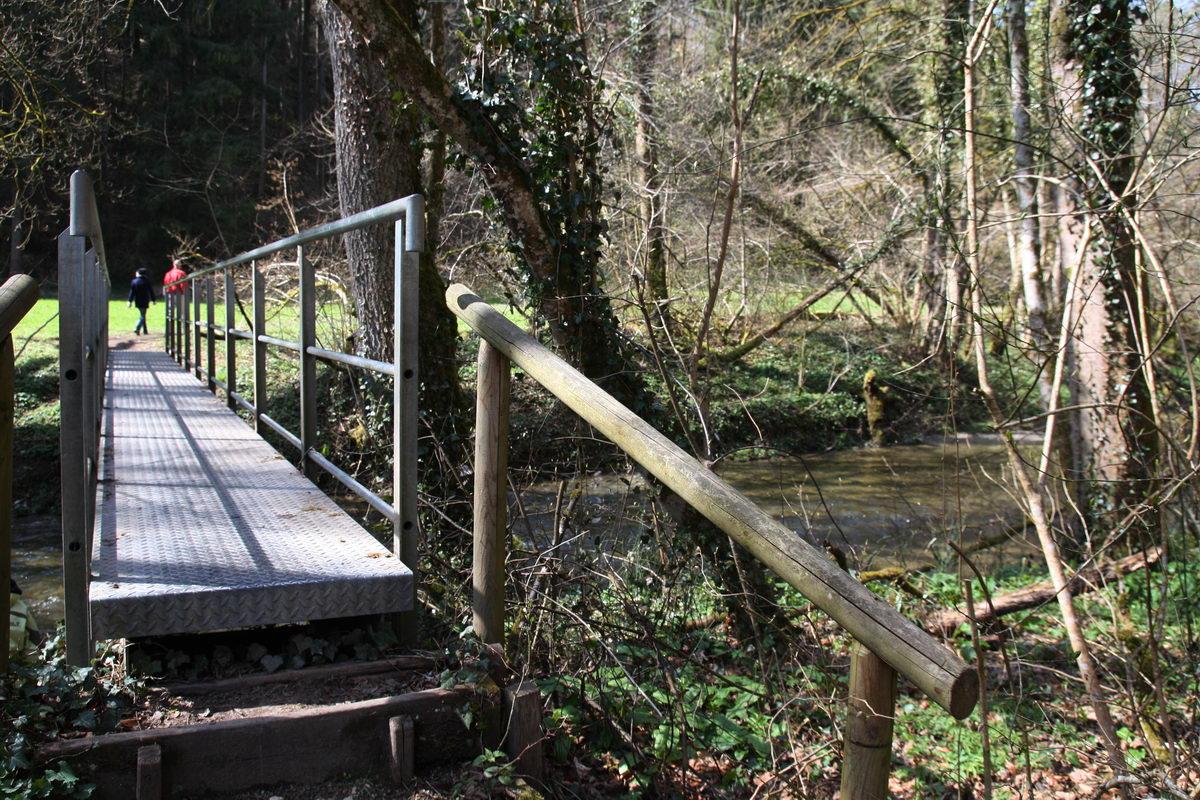 Eine Holzbrücke über die Aach