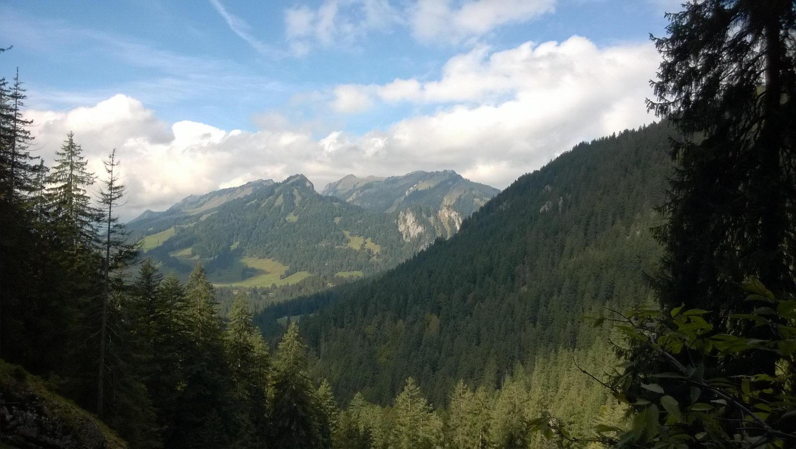 Ausblick vom Eingang der Schneckenloch-Höhle über das Tal