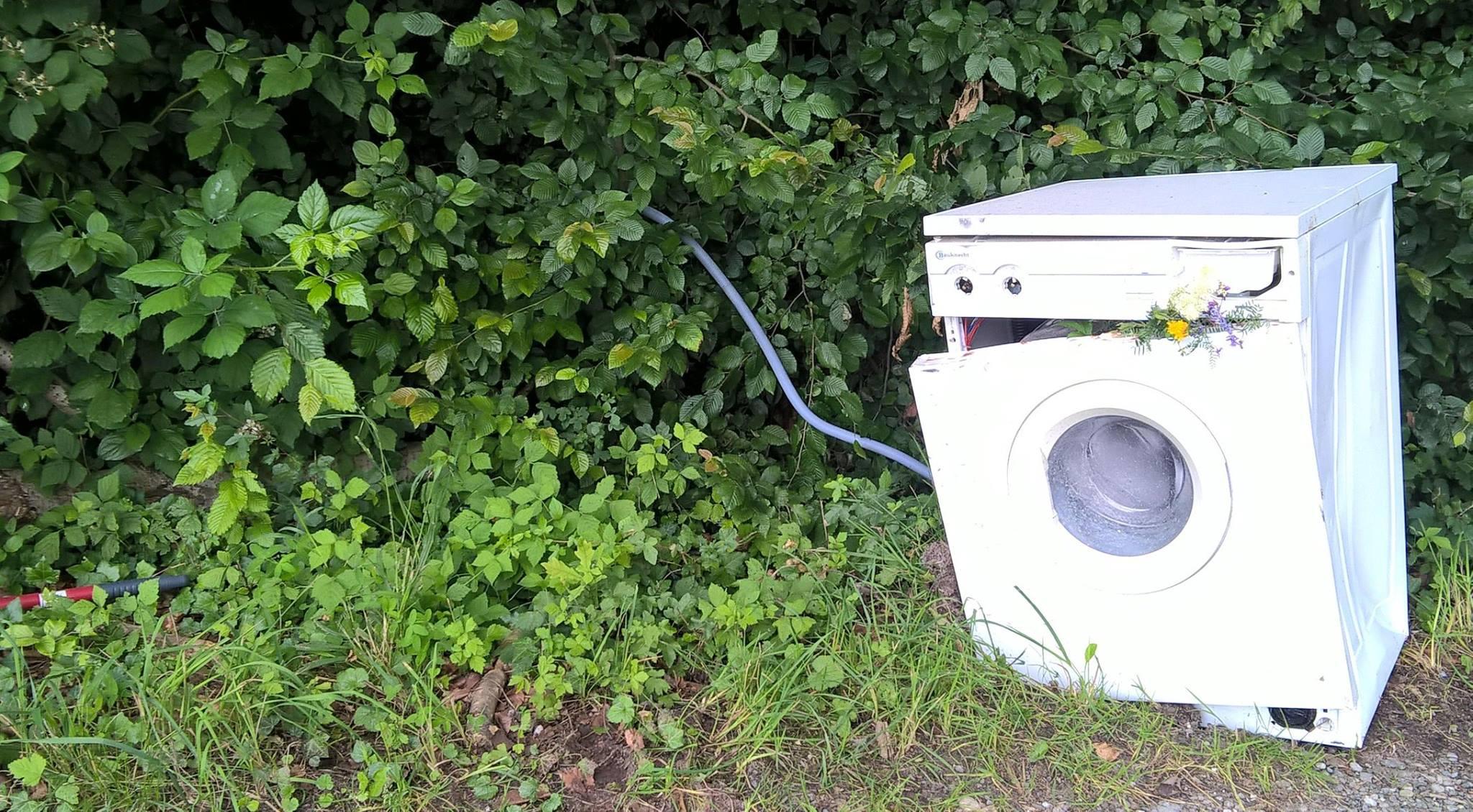 Am hellichten Tag geschändet: Meckie-Ariel, die traurige Waschmaschine von Meckenbeuren. PFUI!