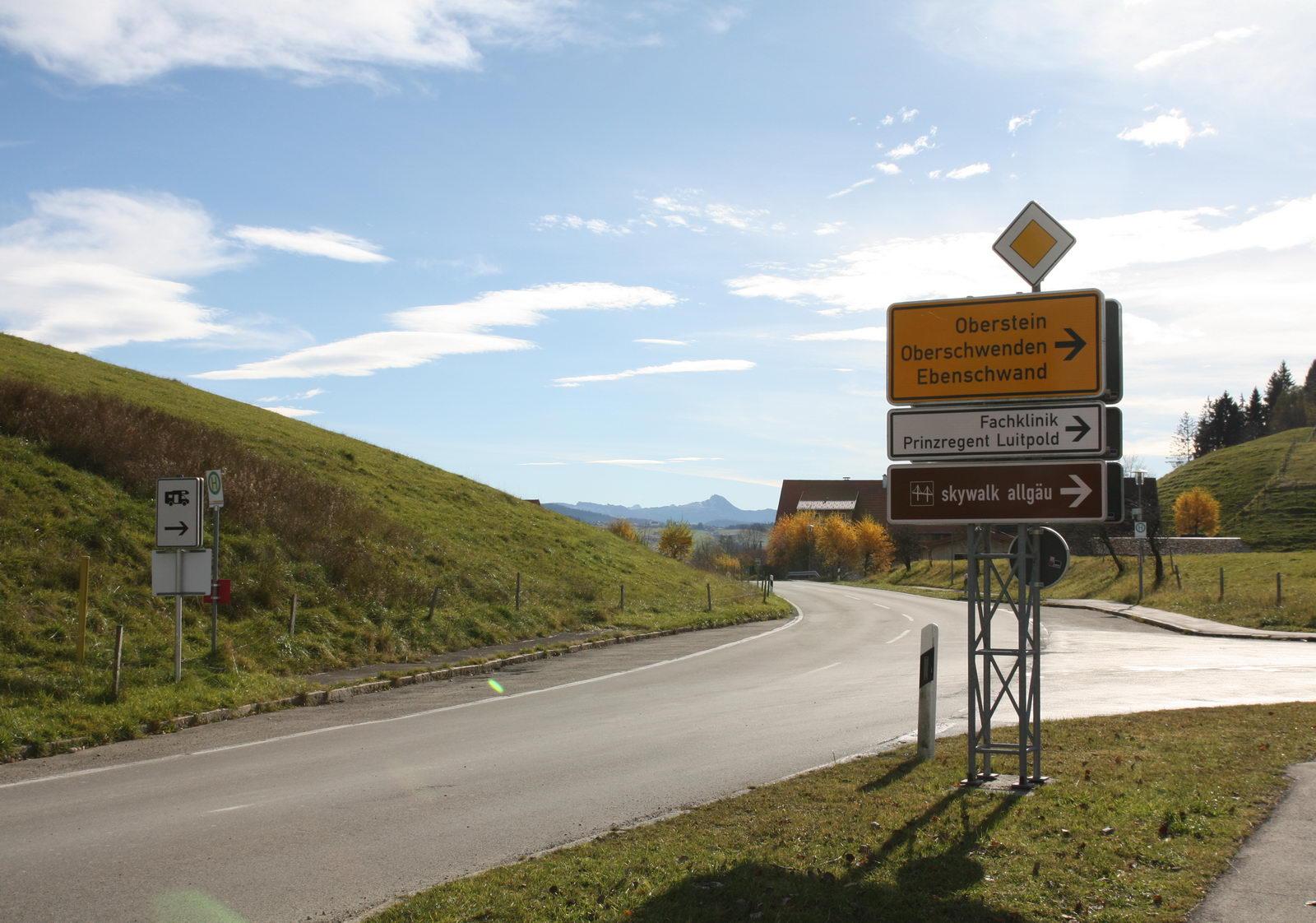 Abzweigung in Richtung Skywalk Allgäu und Oberschwenden - Im Hintergrund grüßt der Hohe Ifen